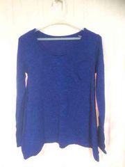 青のニット セーター