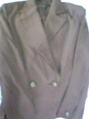 エンジ色のスーツ