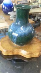 立派すぎる花壺を、見事な自然木台に載せて、、、。