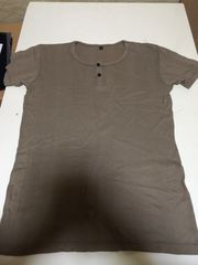 カーキ色のTシャツ半袖