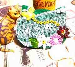 ハンドメイド*・゚デコレーション猫フェイスブローチ☆Green/花畑と蝶/ネコ
