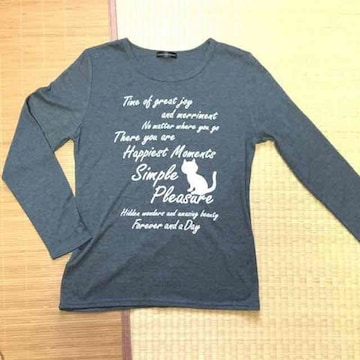 英字ロゴ&ネコイラスト柄長袖Tシャツ。グレー