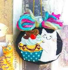ハンドメイド*・゚カップケーキ大好き♪猫のマカロンクッションキーホルダー