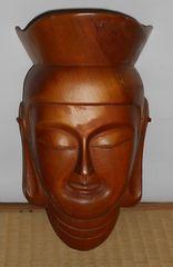 仏具と思われる木製の漆塗り観音様の面です。