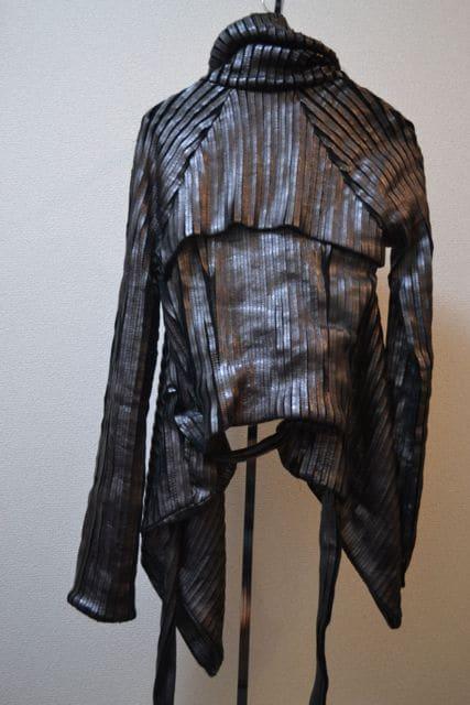 garethpughガレスピュー レザープリーツ変型ジャケット < 女性ファッションの
