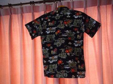 ブラックで花柄のアロハシャツ(M)日本製!。