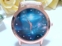 宇宙デザインの素敵な腕時計(白