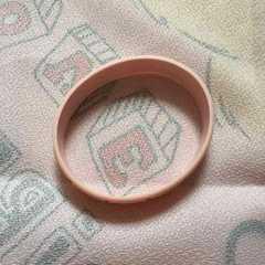 Q−POT・ピンク板チョコデザインラバーブレスレット。