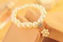 モバオクで買える「新品★真珠風のブレスレット★ホワイト」の画像です。価格は100円になります。