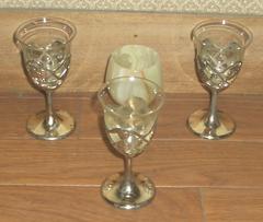 装飾付き金属の台座にガラスのワイングラス&大理石グラス
