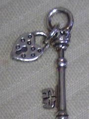 NEW未使用美品SILVA古美加工鍵&ハート鍵穴チャーム最下値下