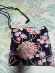 ☆新柄黒×着物風縦縞花束柄ナナメ掛巾着袋