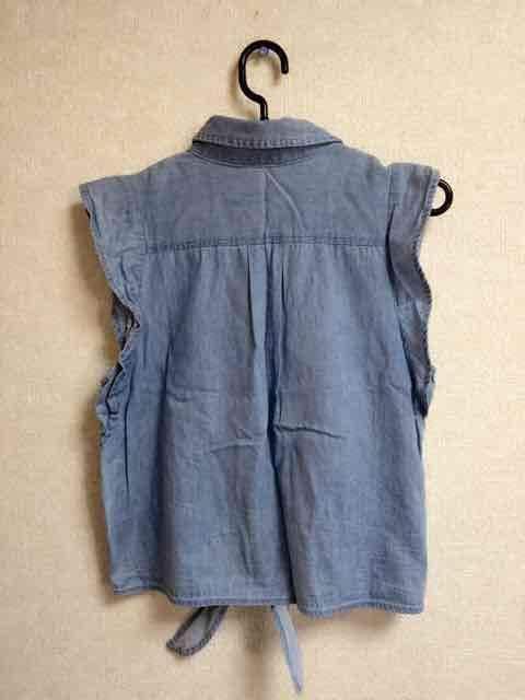 ダンガリーデニム ショルダーフリル前結びノースリーブシャツ < 女性ファッションの
